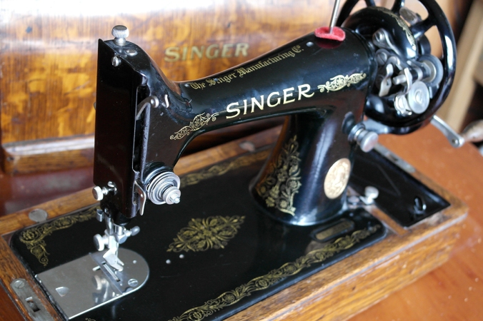 1927 Vintage Singer Sewing Machine with original wooden cover.